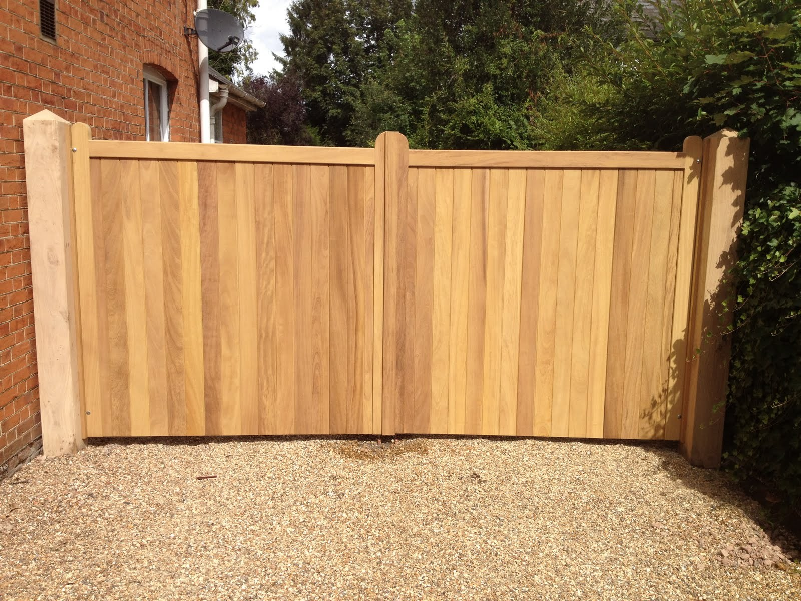 Res wooden gates gkw wrought iron kent for Single wooden driveway gates